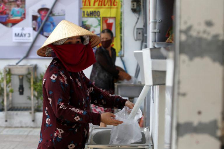 """Keren!! Pengusaha Vietnam Bikin """"ATM Beras"""" Selama Lockdown"""