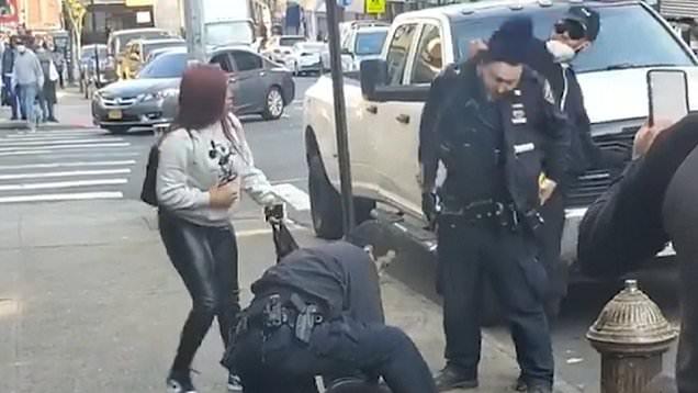 Video Viral Pria Bermasker Terekam Kamera Pukul Polisi