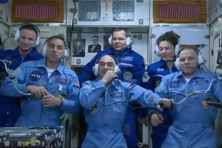 Tidak Ada Social Distancing, Astronot NASA dan Rusia Pelukan