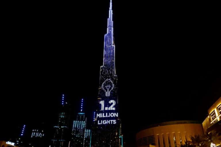 """Lampu-lampu di Gedung Tertinggi Dunia """"Ditukar"""" Nasi Bungkus"""