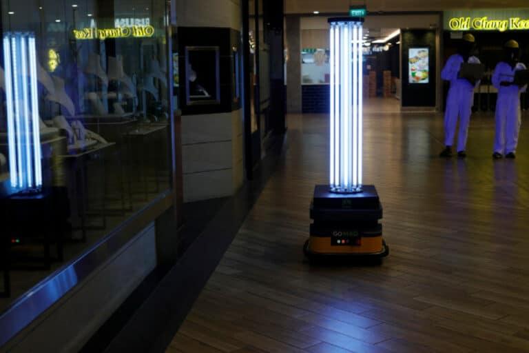 Robot Sinar UV Musnahkan Virus Corona di Mal Singapura