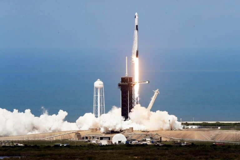 Roket SpaceX Sukses Bawa Astronot NASA ke Orbit