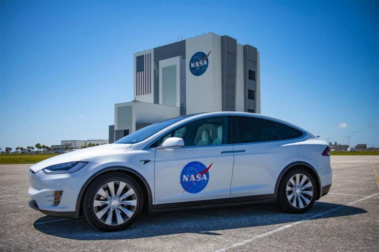 Mobil Tesla Antar Astronot NASA ke Lokasi Peluncuran Roket