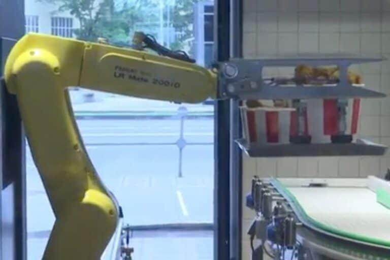 """Masa """"New Normal"""", KFC Layani Pelanggan Pakai Robot"""