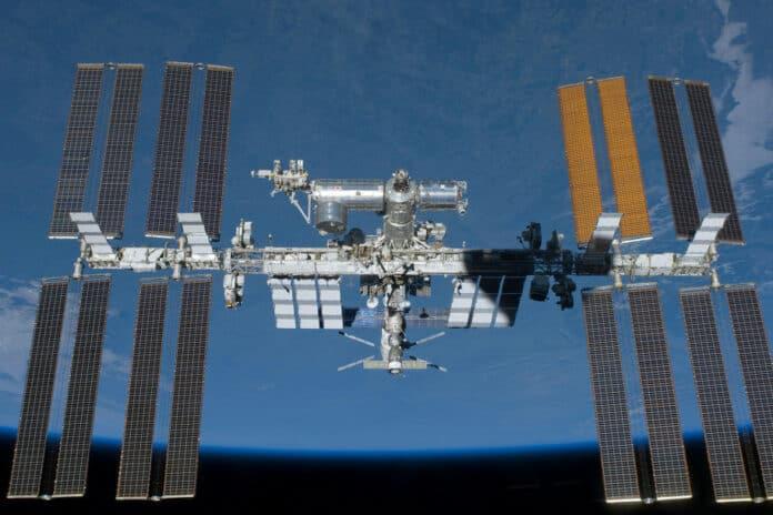 Stasiun luar angkasa ISS renovasi