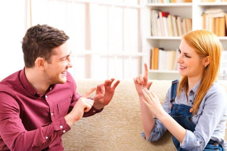 Sarung Tangan Khusus Ini Bisa Menerjemahkan Bahasa Isyarat
