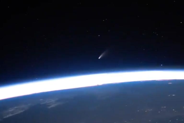 Astronot Rekam Video Komet Neowise Melayang di Atas Bumi