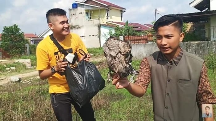 Parah! YouTuber Ini Bagi-bagi Daging Kurban Isi Sampah