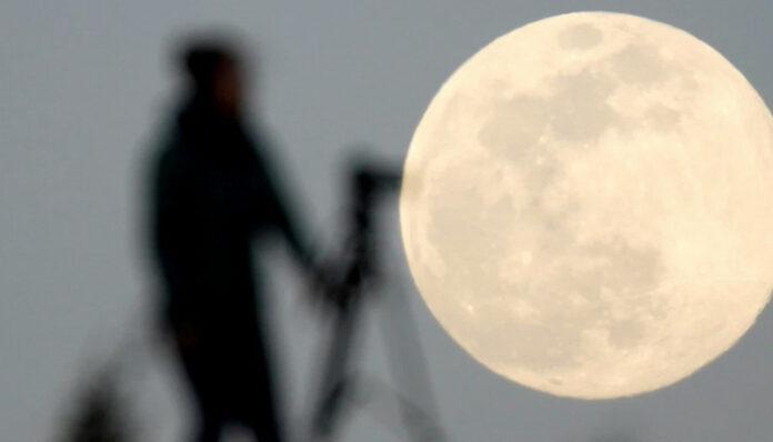 menambang di bulan
