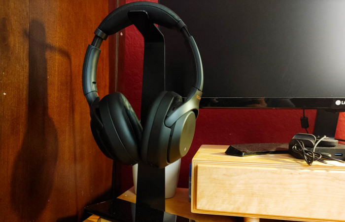 aksesoris iphone 12 Oakywood 2-in-1 Headphone Stand and Charger