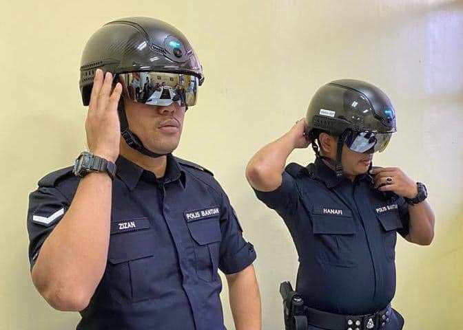 Petugas Kereta di Malaysia Pakai Helm Pemindai Suhu