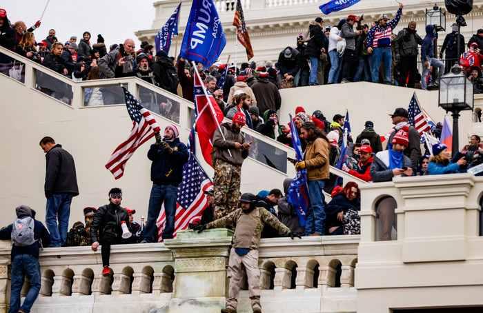 Momen Pendukung Trump Ambil Alih Gedung Capitol (VIDEO)