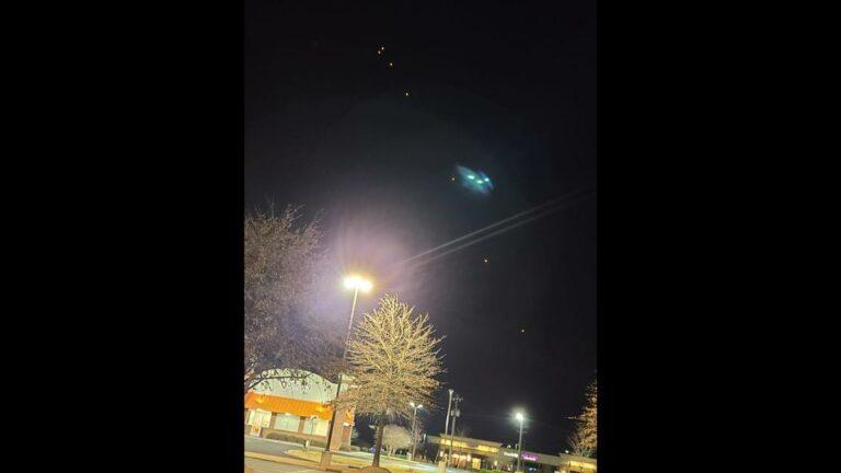 Penampakan Cahaya Aneh di Langit Malam, UFO?