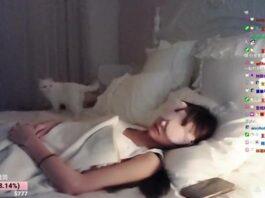 wanita live streaming tidur