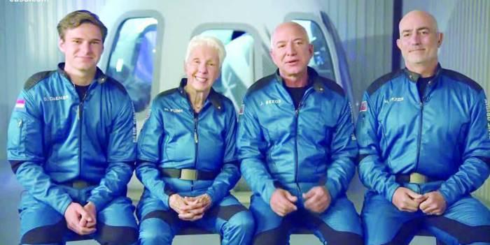 Blue Origin Sukses Bawa Bos Amazon Jeff Bezos ke Luar Angkasa